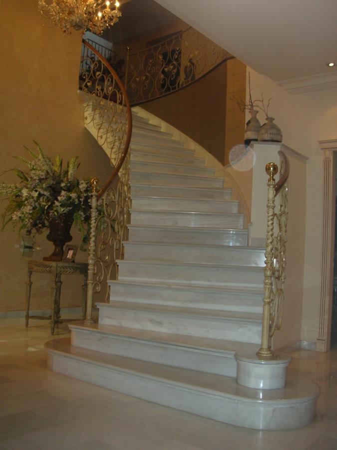 Foto escalera en marmol blanco macael de monpiedra s l for Escaleras de salon