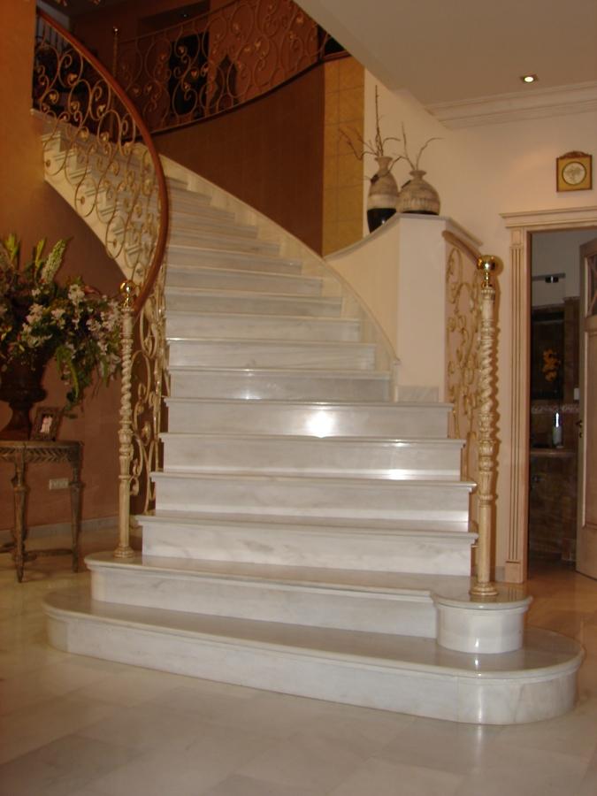 Foto escalera en marmol blanco macael de monpiedra s l - Marmol para escaleras ...