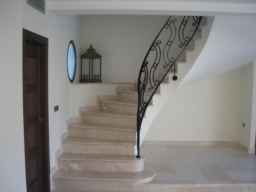 Foto escalera en marmol crema marfil de monpiedra s l for Escaleras de duplex