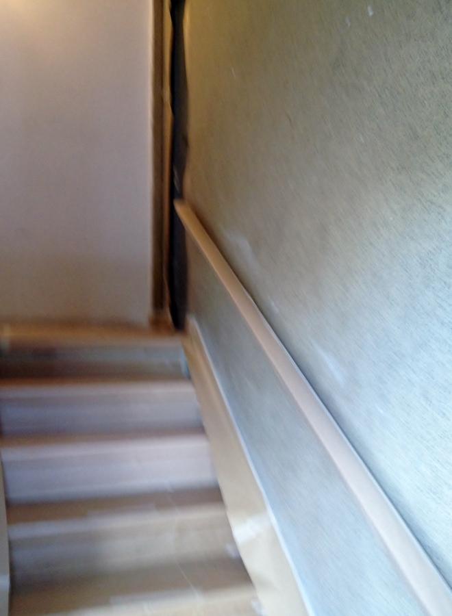 Foto escalera en paredes de piedra fina de rodrimar - Pintura para escaleras ...