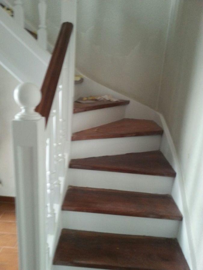 Escalera a dos colores pasamanos pelda os barnizados - Escalera dos peldanos ...