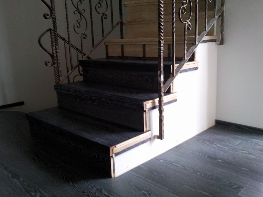 Escalera forrada con parquet flotante eurowood roble negro for Escaleras de parquet