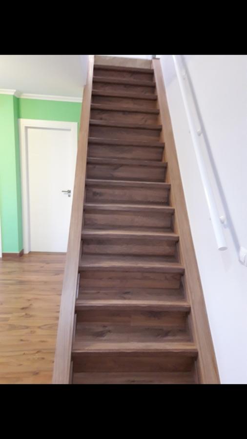 Escalera forrada con tarima