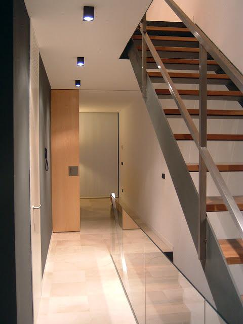 Vivienda y local entre medianeras en una parcela alargada for Vivienda interior