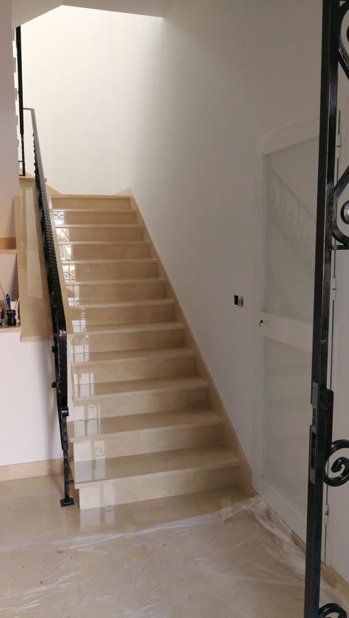 Foto escalera m rmol crema marfil de pinates 1630673 for Placas de marmol medidas