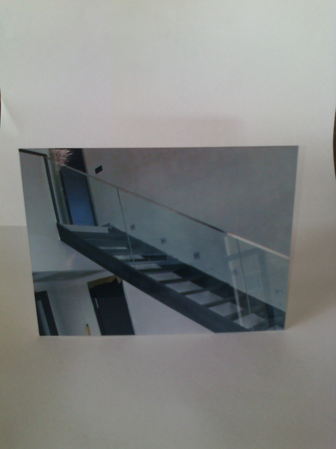 Escalera metálica con baranda de cristal