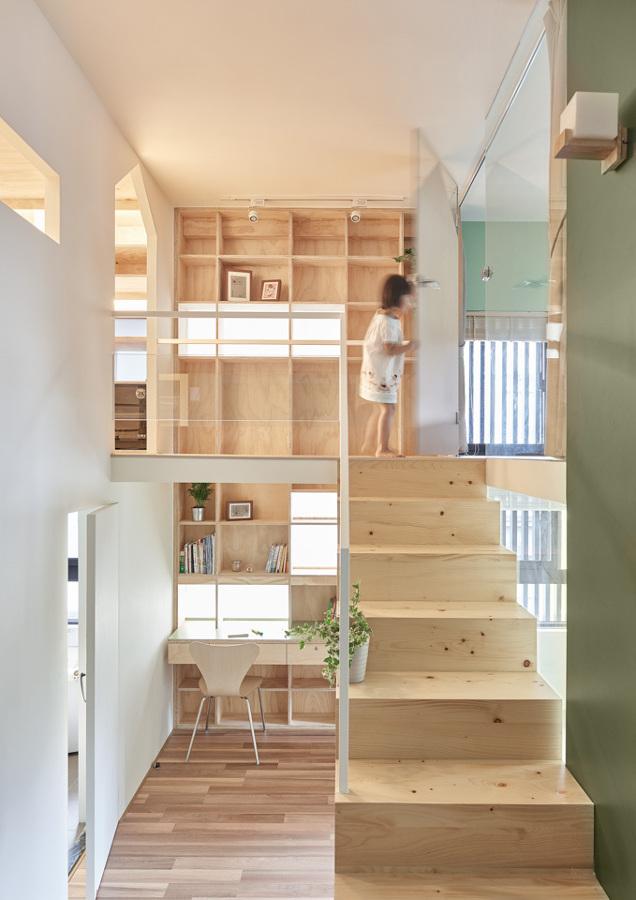 Foto escalera mueble de madera de lola mulledy 1441157 for Mueble escalera ikea
