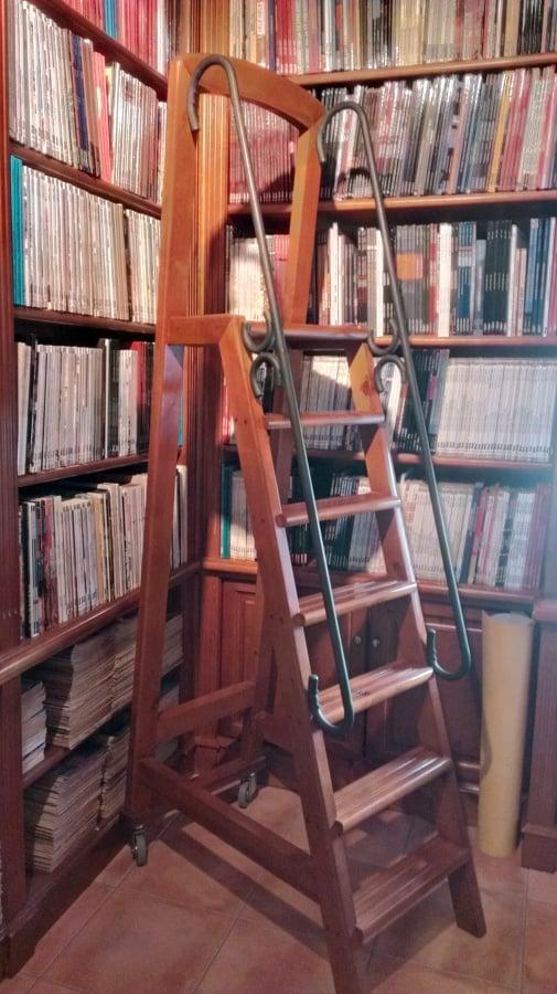 Foto Escalera para Libreria de Mesa Aplicaciones de la Madera SL