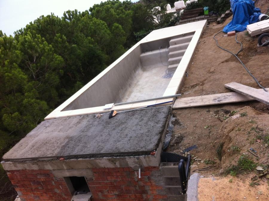 Construcci n de piscina con dep sito subterr neo para for Construir escalera piscina