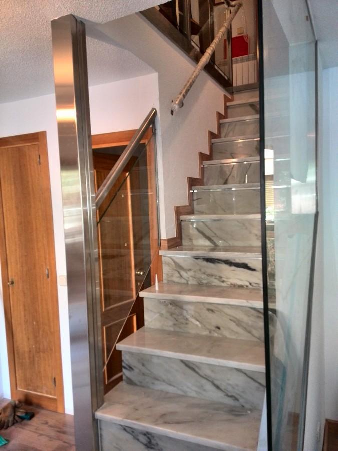 Restauraci n de una escalera y barandilla en vivienda for Donde ubicar las escaleras en una vivienda