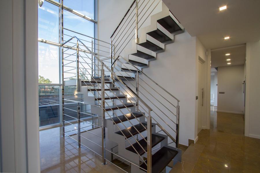 Foto escalera vivienda unifamiliar lledo de for Escaleras de viviendas