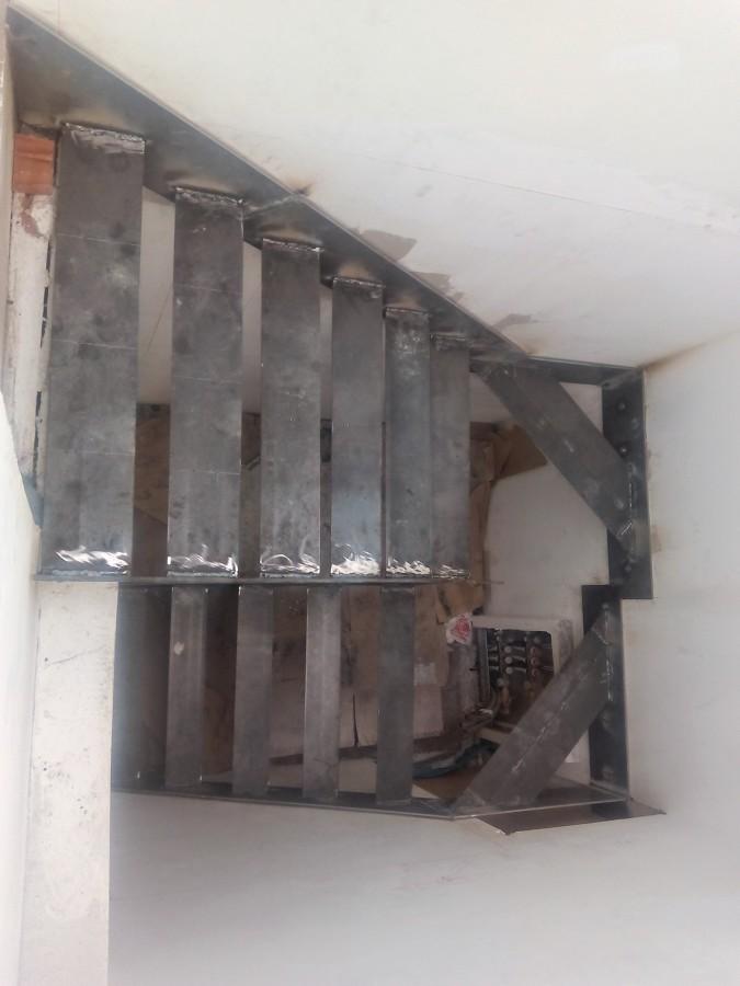 Escalera volada con chapa de hierro y pelda os de madera for Construccion de escaleras de hierro