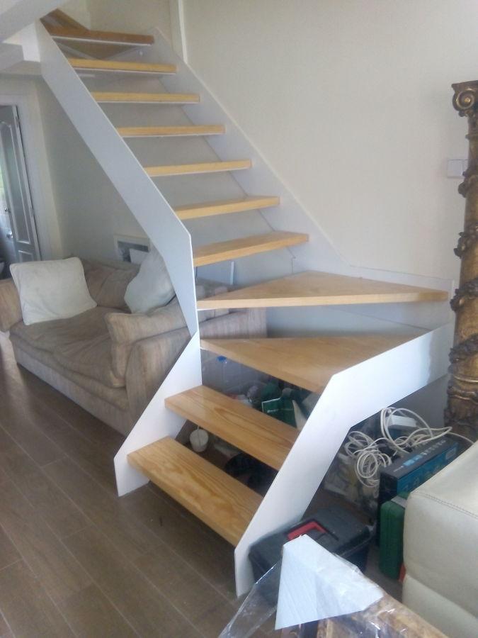 Escalera volada con chapa de hierro y pelda os de madera ideas construcci n casas - Escaleras con peldanos de madera ...