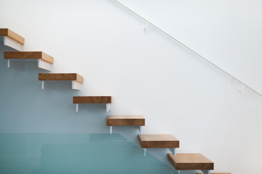 Foto escalera volada de blanes decoracion 757086 for Detalle escalera volada