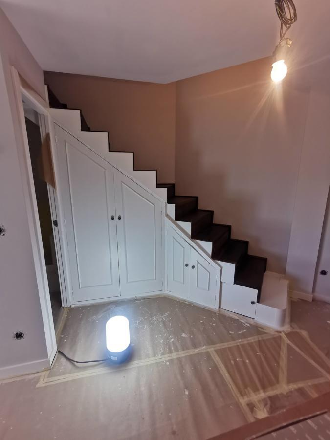 escalera y armario lacado