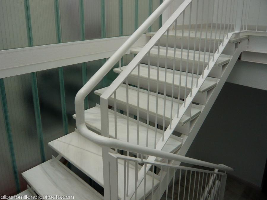Foto escalera y barandilla con pasamanos continuo de - Imagenes de pasamanos para escaleras ...