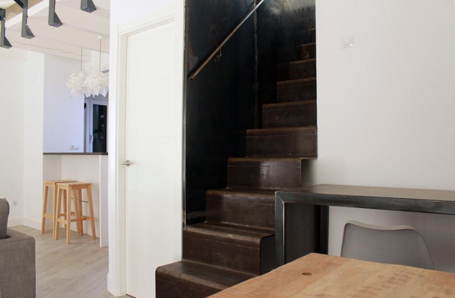 Escalera y lateral forrado