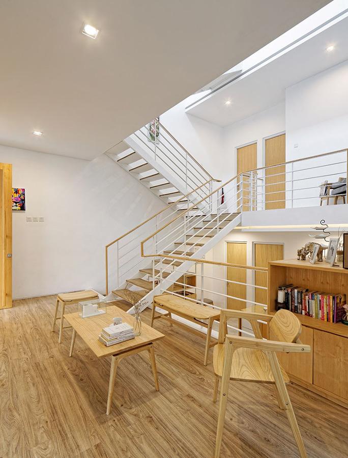 Escalera y mesa de madera