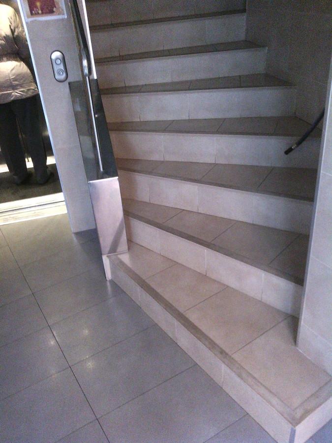 Escalera y portal limpio