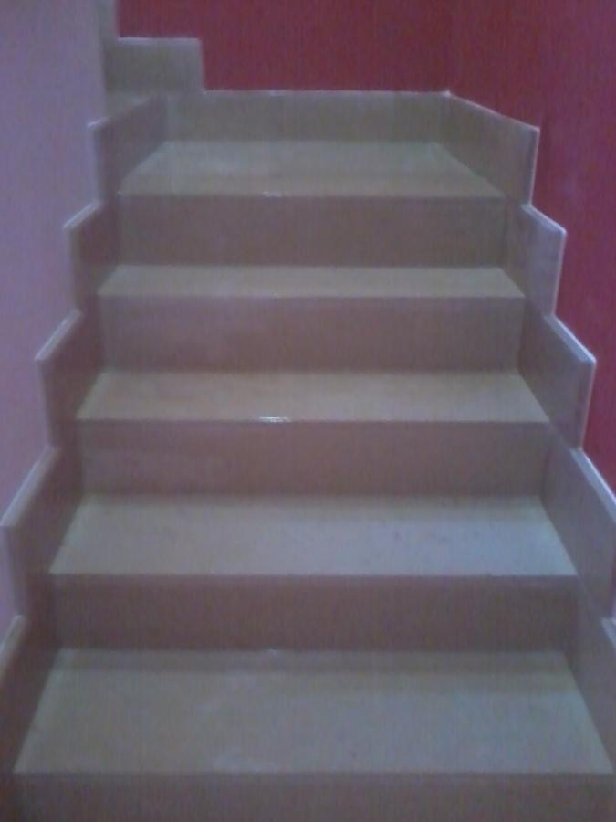 Revestimiento de escalera con piedra de m rmol y z calos - Peldanos de marmol ...