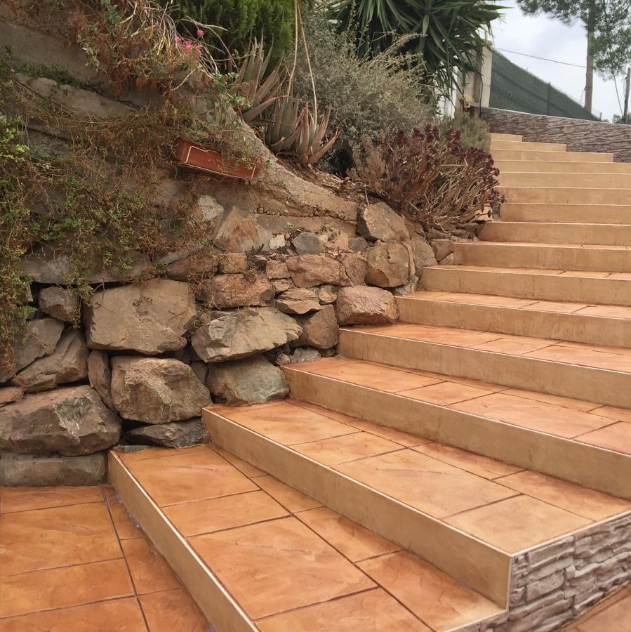Escaleras acabadas en mortero impreso