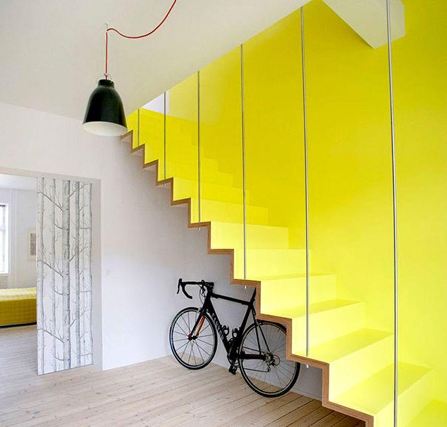 Escaleras amarillas en duplex