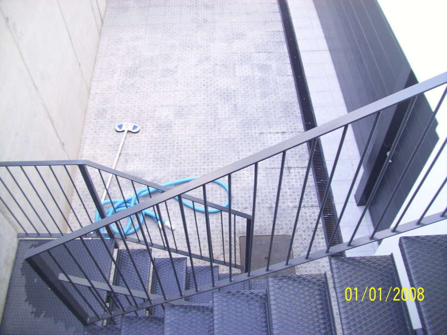 Escaleras de jardín piscina a rampa garaje