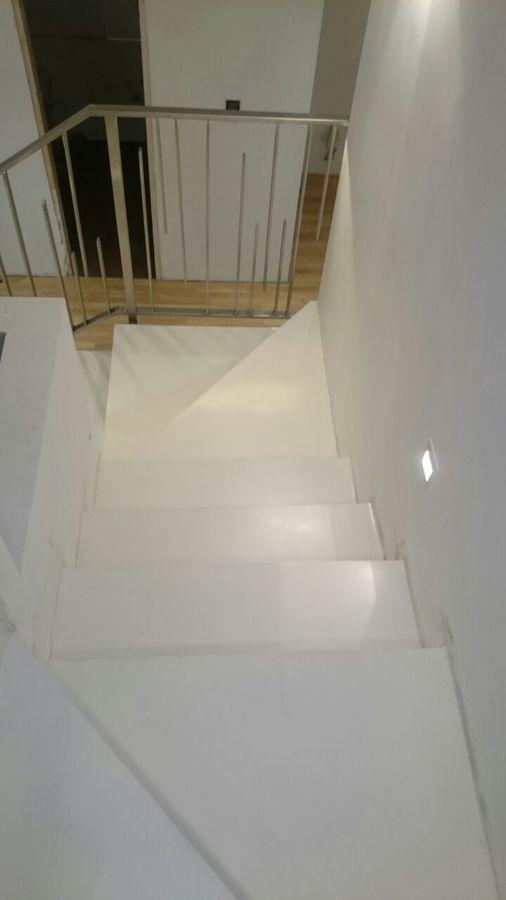 Escaleras en microcemento blanco