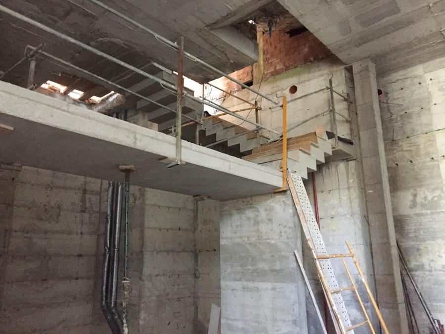 Ejecuci n villa de lujo urb la pera nueva andalucia for Construccion de una escalera de hormigon