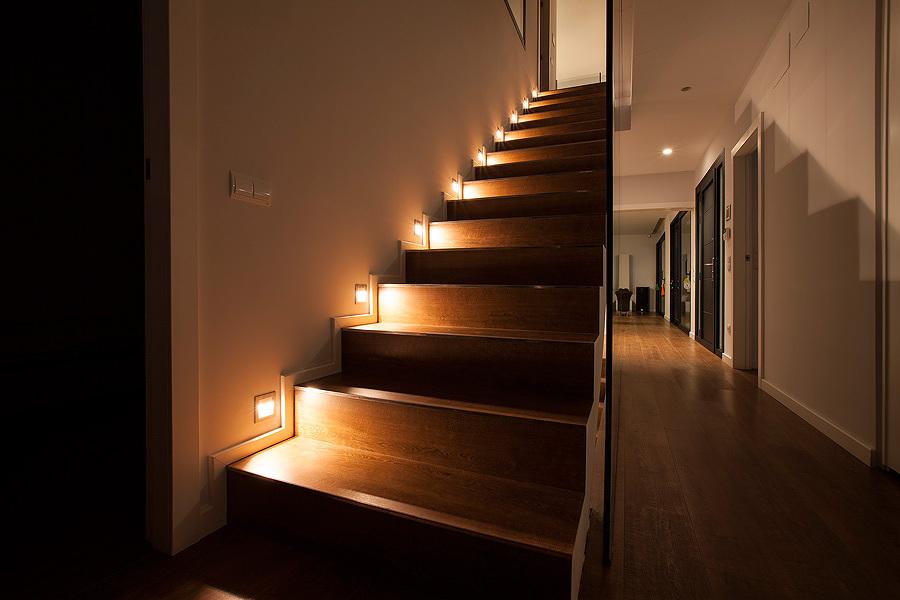 Una casa en la que el dise o y comodidad no est n re idos - Iluminacion de escaleras ...