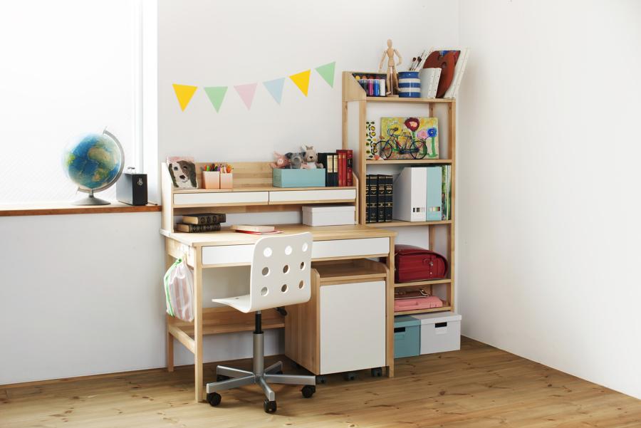 Espacio de trabajo con escritorio y librería de IKEA