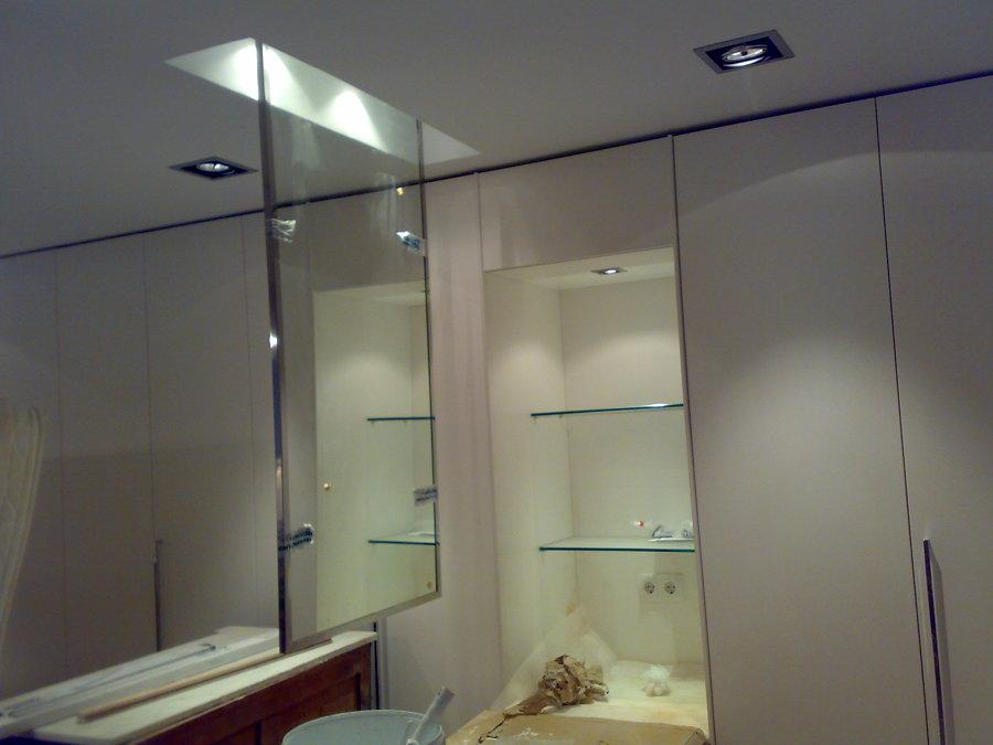 Espejo en el techo y estanteria iluminada