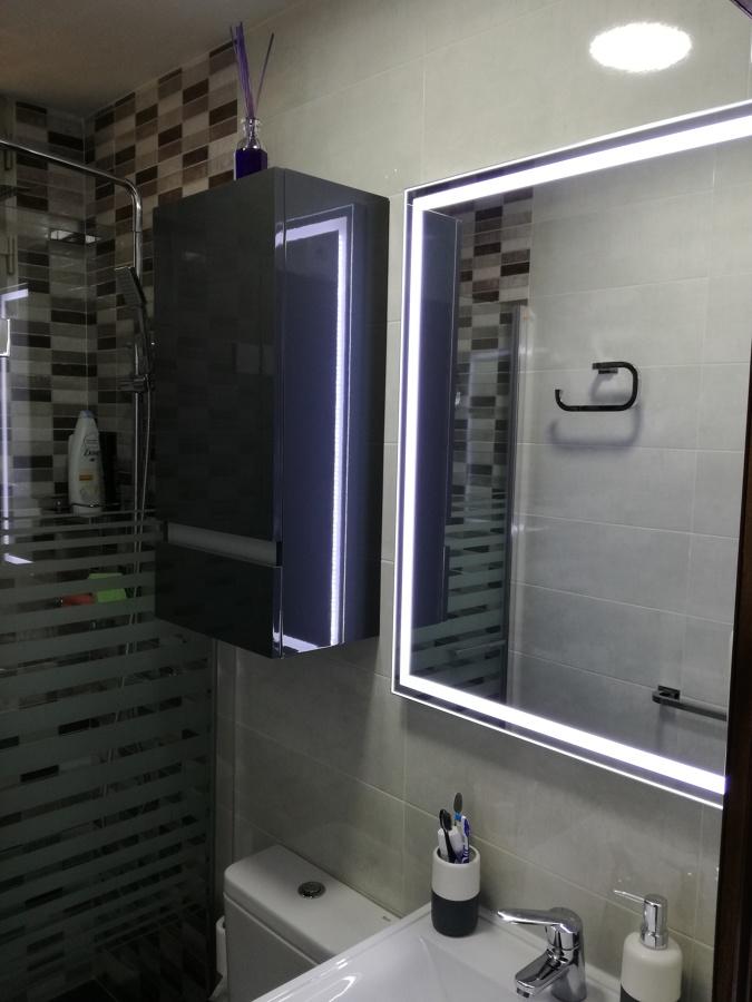 Espejo y mueble auxiliar