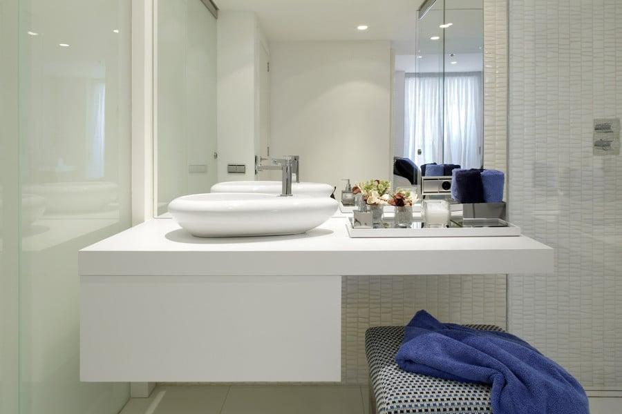 Foto ba o luminoso con un espejo grande de irene for Espejos grandes para banos
