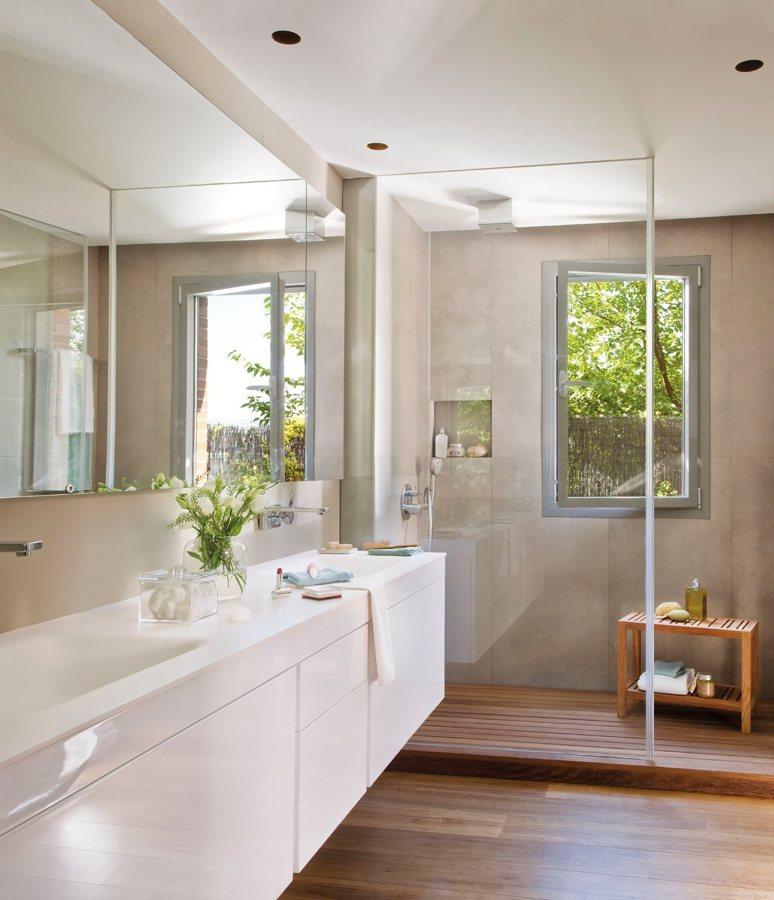 Foto ba o con espejos y mamparas de miriam mart 879512 for Tarima para plato ducha