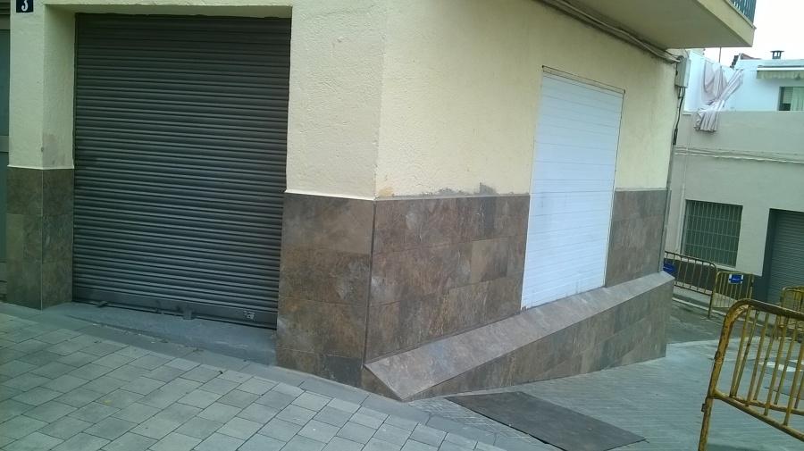 Alicatado exterior en bajos de la fachada en barcelona for Zocalo fachada exterior