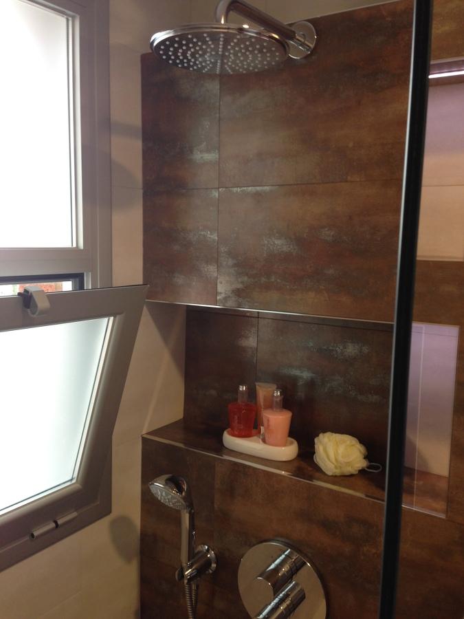 Ba os ideas microcemento - Estante para ducha ...