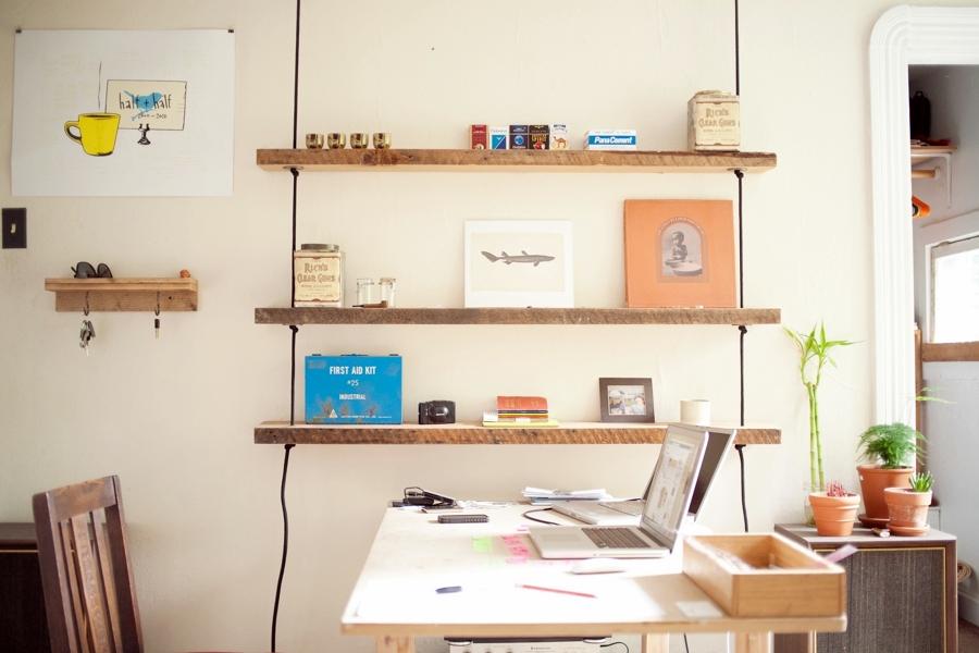Aprende a colocar estantes sin dificultades ideas for Soporte estanteria ikea