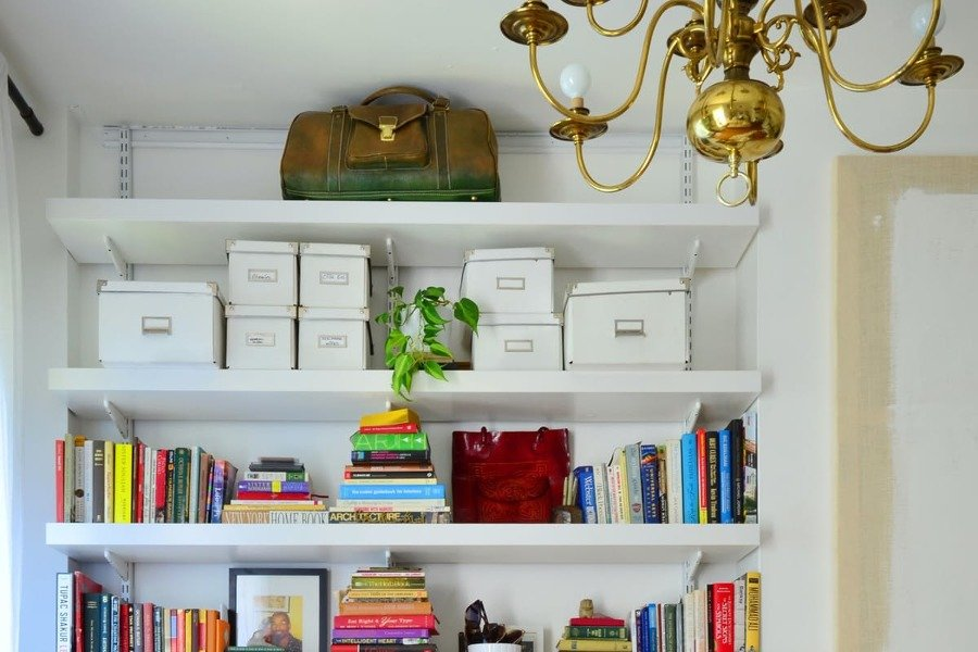 9 super ideas para ordenar tus estanter as con estilo - Estanteria para libros ...