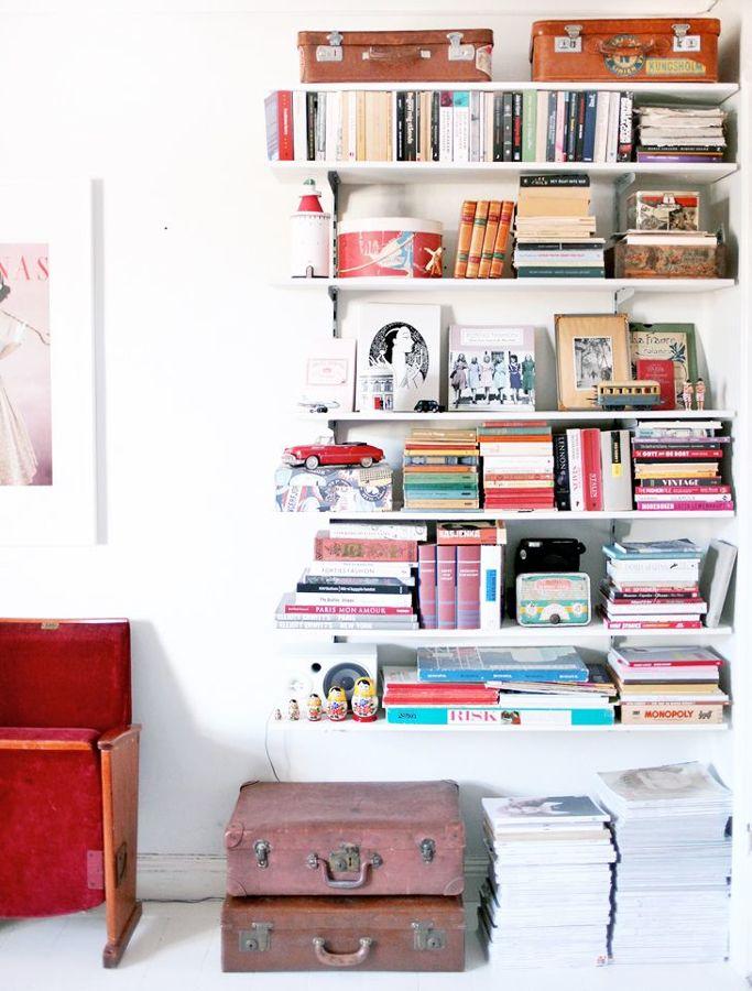 Estantería con libros y marcos de fotos