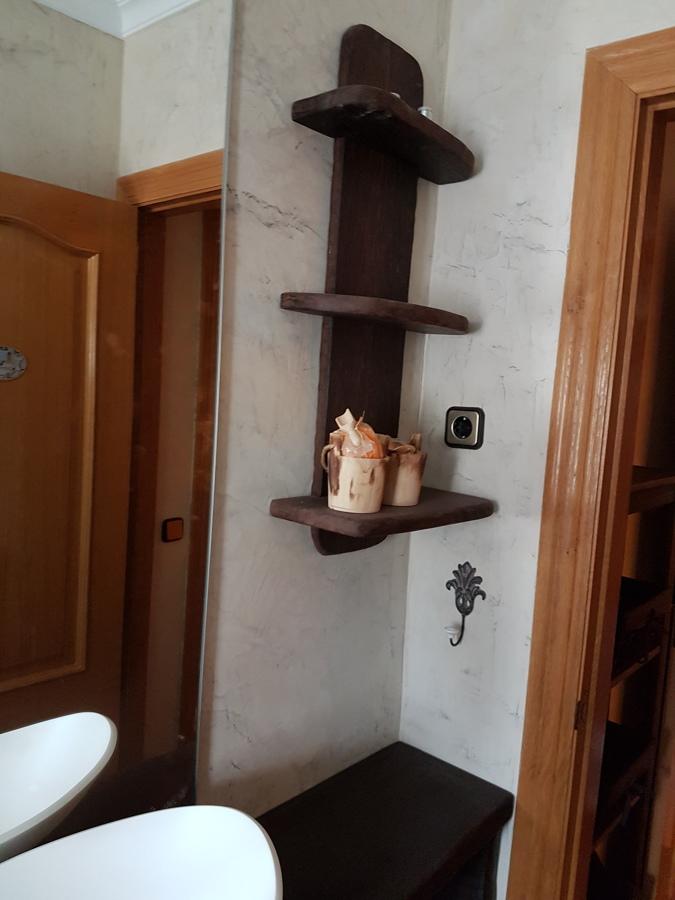 estantería de baño en madera de wengué macizo
