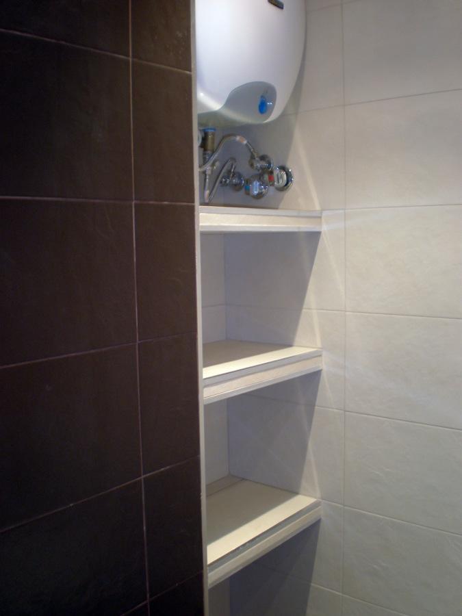 Foto estanterias de obra gres y aluminio de corema - Estanterias de obra para salon ...