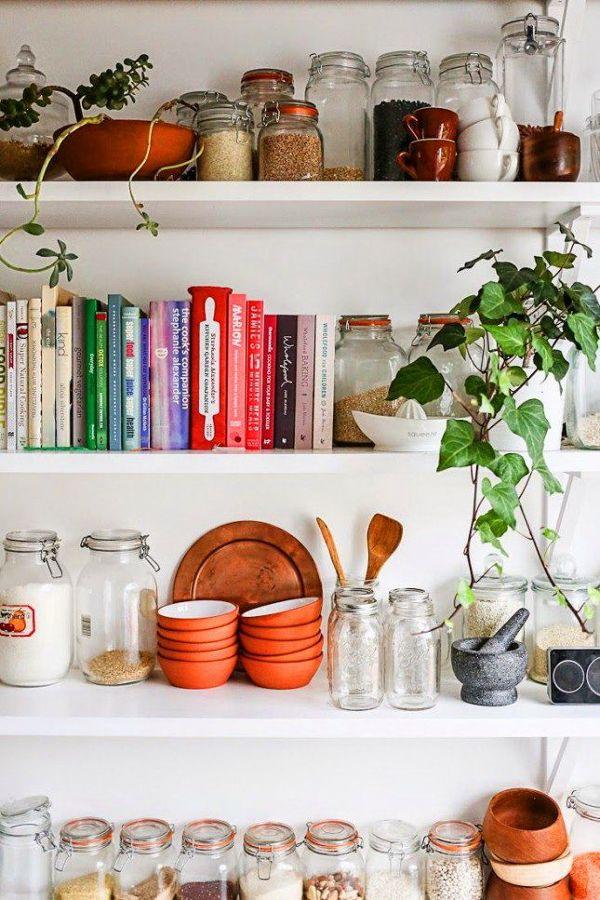 Estanterías para libros y frascos en cocina