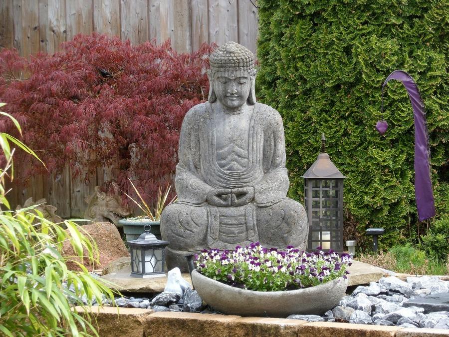Estatua de Buda en el jardín
