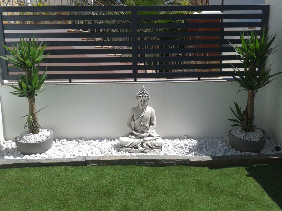 Estatua de Buda en jardín