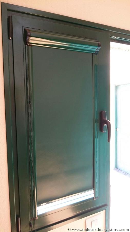 Estores guiados cristal con cofre para ventanas abatibles for Ventanas de aluminio con cortina