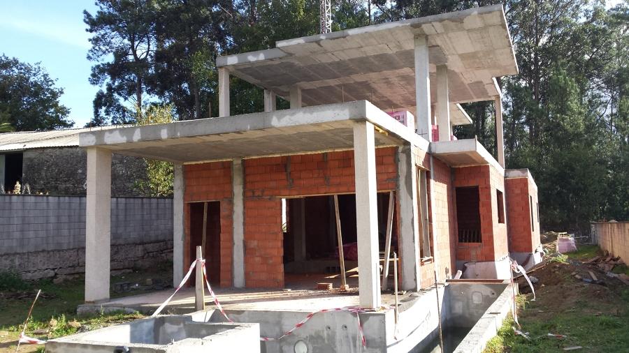 Chalet unifamiliar moderno con piscina integrada for Proyecto chalet moderno