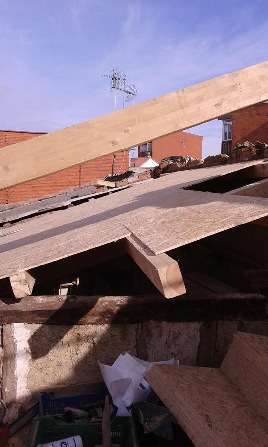 Foto estructura de madera de aliceres construcci n for Tejados madera segovia