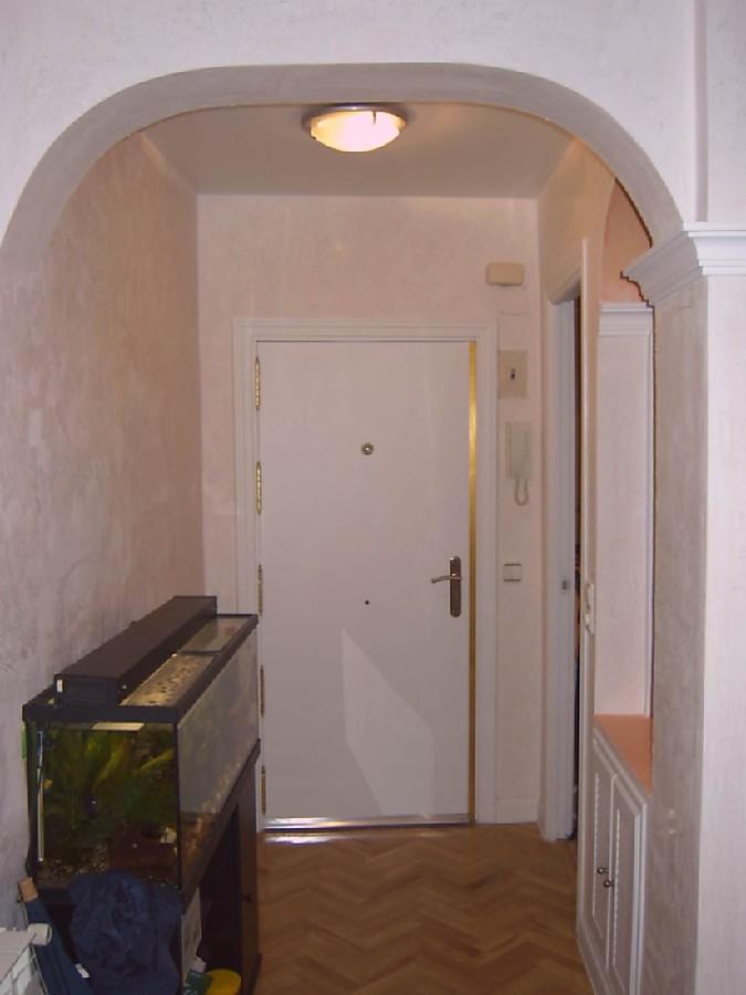 estucado de paredes y coloumnas y lacado de puertas y molduras.