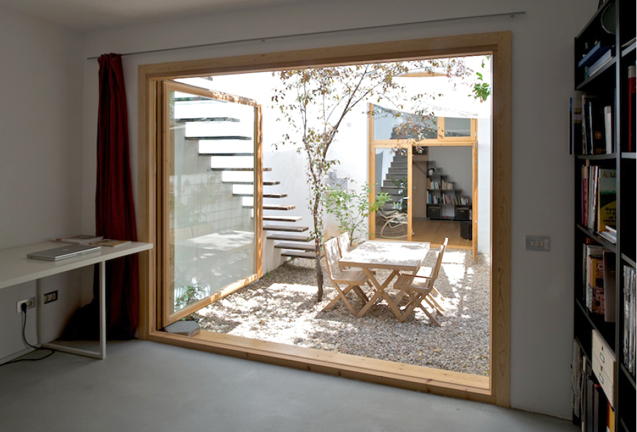 estudio con amplios ventanales